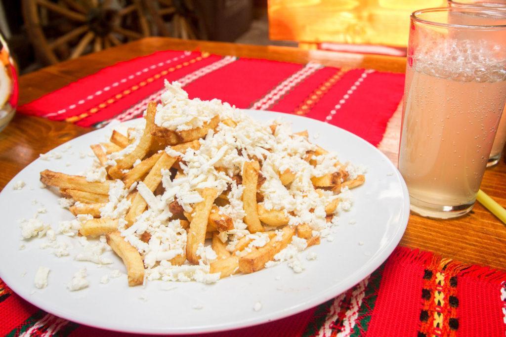 Картофель фри, покрытый сыром сирены, можно найти почти везде. болгарская еда Традиционный болгарский путеводитель и 5 блюд, которые нельзя оставить без внимания! French Fries with Sirene Cheese 1 1024x682