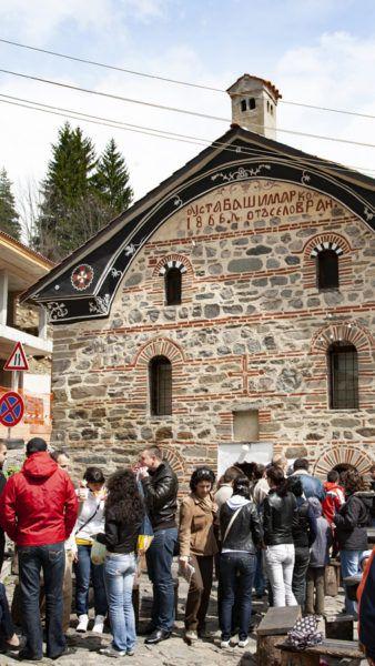 Линия перед пекарней в Риле, в которой продается друг Мекицы, хлеб. болгарская еда Традиционный болгарский путеводитель и 5 блюд, которые нельзя оставить без внимания! Fried Bread Shop 338x600
