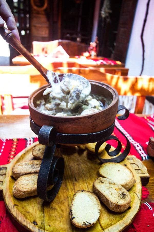 Катино Мезе или тушеная свинина с сыром. болгарская еда Традиционный болгарский путеводитель и 5 блюд, которые нельзя оставить без внимания! Gyuvech 1