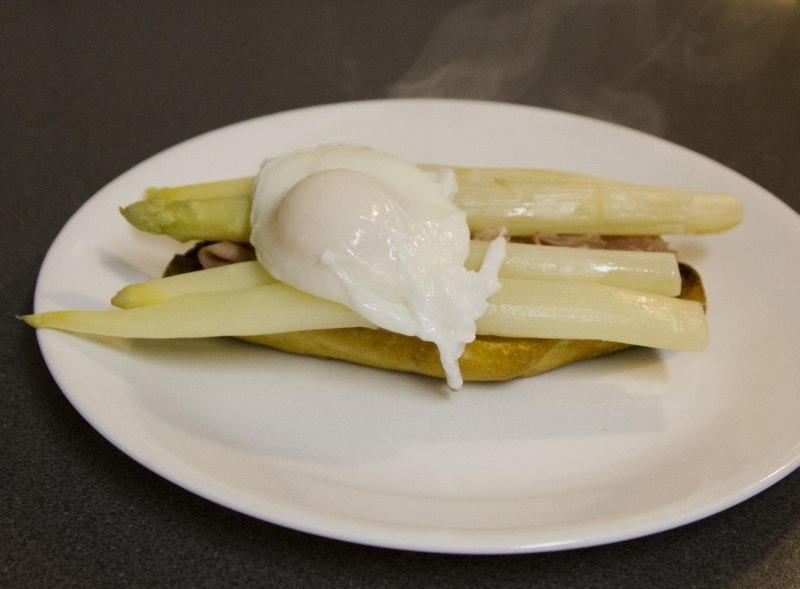 A poached egg elevates this spargel sandwich recipe.