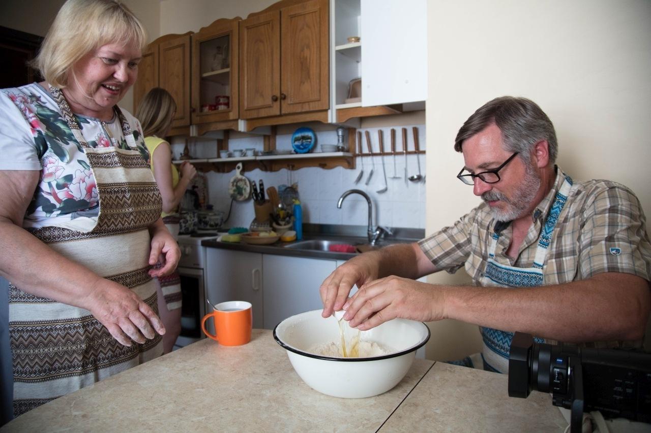 Kiev cooking lessons - Jim cracks an egg