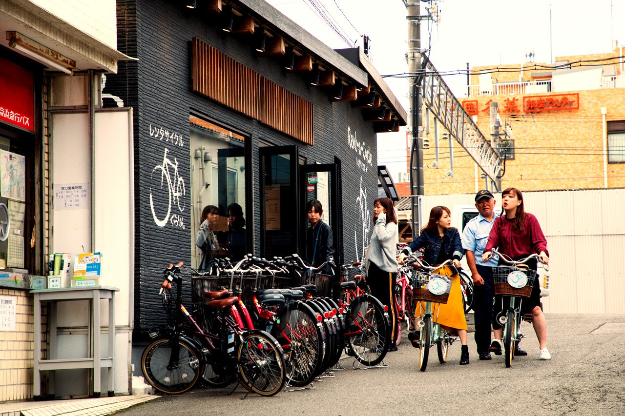 People renting bikes in Kamakura