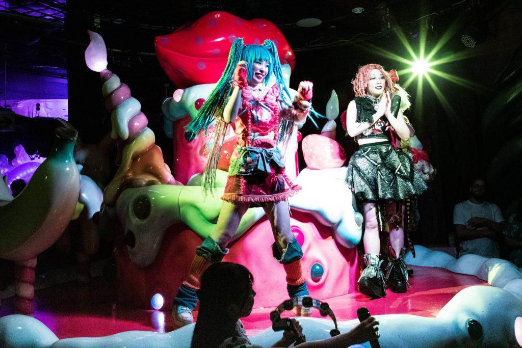 Пение и танцы, все это часть шоу Kawaii Monster. kawaii monster cafe tokyo Kawaii Monster Cafe Tokyo Monster Cafe Tokyo 1 14 1024x683