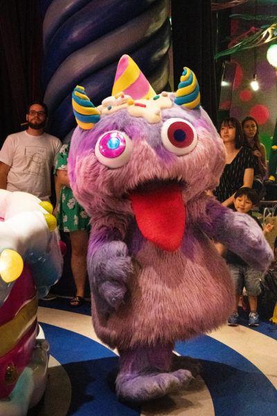 Персонаж-монстр приходит к полному удовольствию всех детей в аудитории. kawaii monster cafe tokyo Kawaii Monster Cafe Tokyo Monster Cafe Tokyo 1 15 400x600