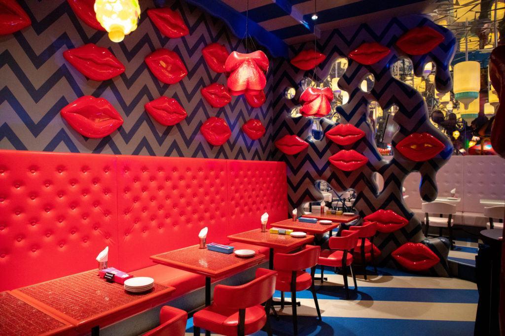 Мел-Чайная. Множество поцелуевших губ на стене. kawaii monster cafe tokyo Kawaii Monster Cafe Tokyo Monster Cafe Tokyo 1 4 1024x682
