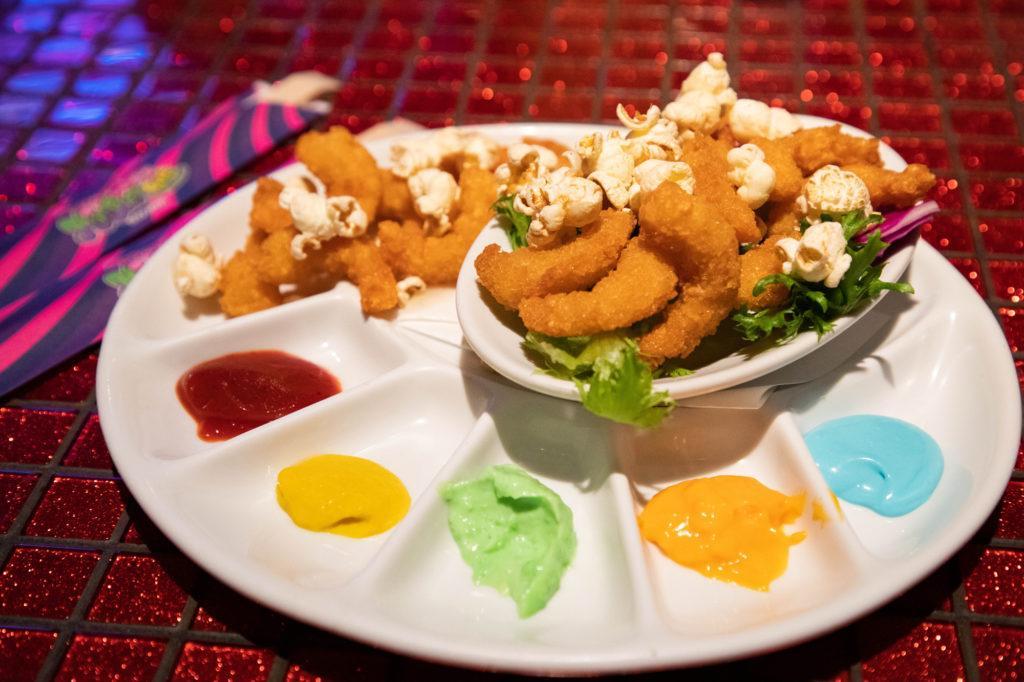 Обжаренные креветки и попкорн с разными цветами соусов, обед в кафе Kawaii Monster. kawaii monster cafe tokyo Kawaii Monster Cafe Tokyo Monster Cafe Tokyo 1 6 1024x682