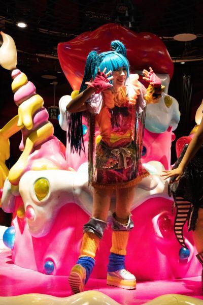 Monster Girl Приветствие зрителей после шоу. kawaii monster cafe tokyo Kawaii Monster Cafe Tokyo Monster Girl Show Kawaii Monster Cafe Tokyo 1 400x600