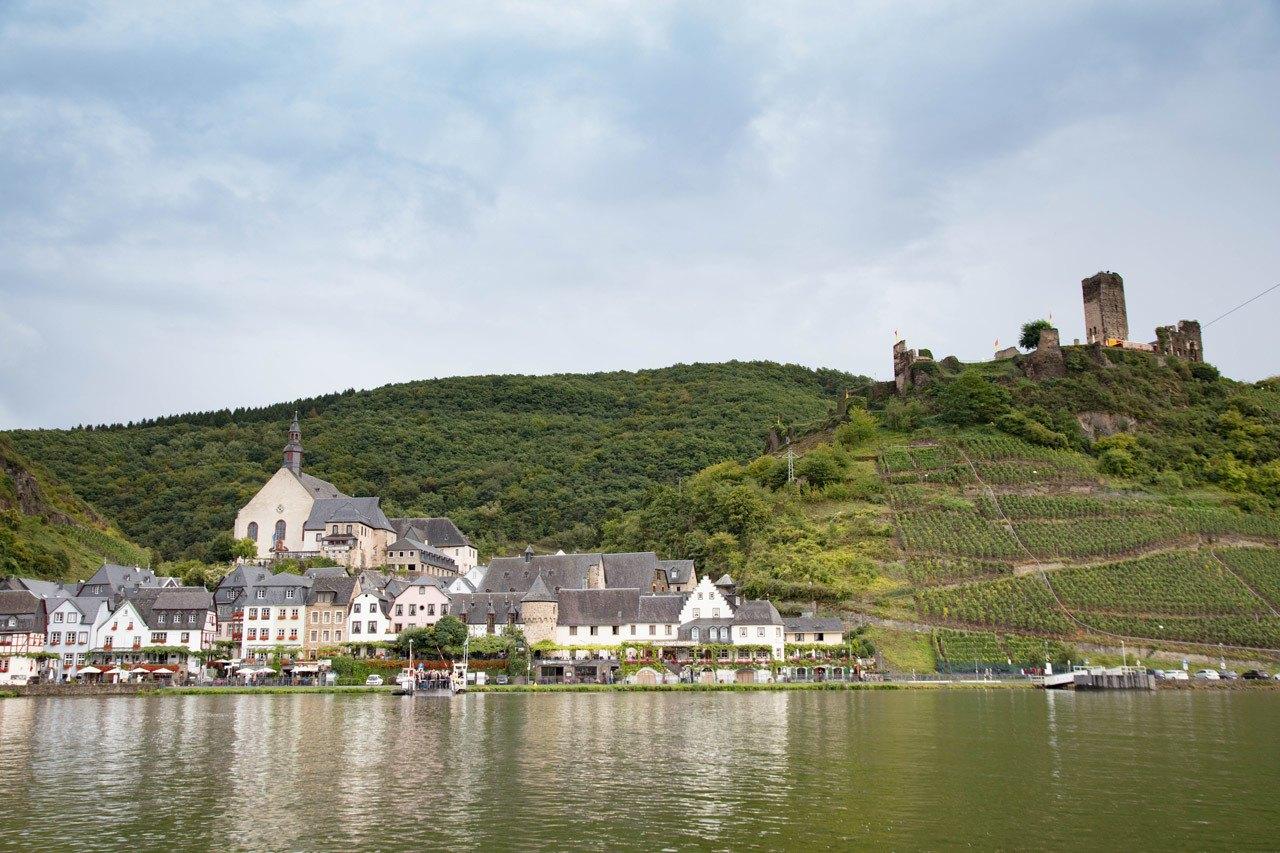 Круиз по реке Мозель - замок с видом на реку Круиз по реке Мозель Круиз по реке Мозель и очаровательная однодневная поездка Бернкастель Mosel River Cruise 6