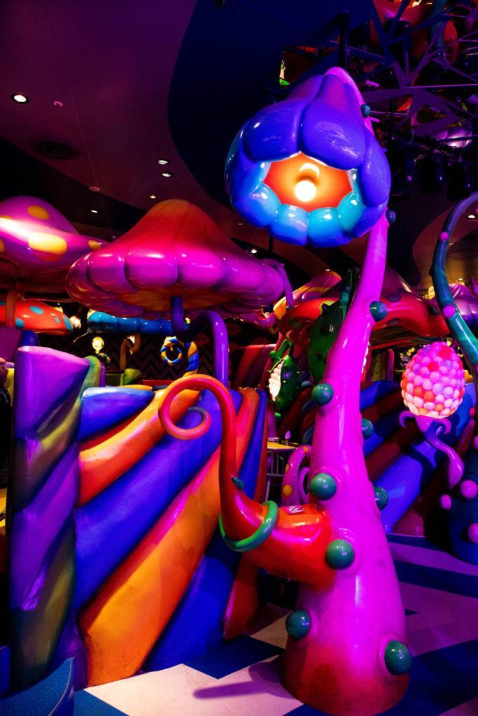 Крупные живые цветы и грибы создают в кафе великолепные фонари. kawaii monster cafe tokyo Kawaii Monster Cafe Tokyo Mushroom Disco Kawaii Monster Cafe Tokyo 1 683x1024