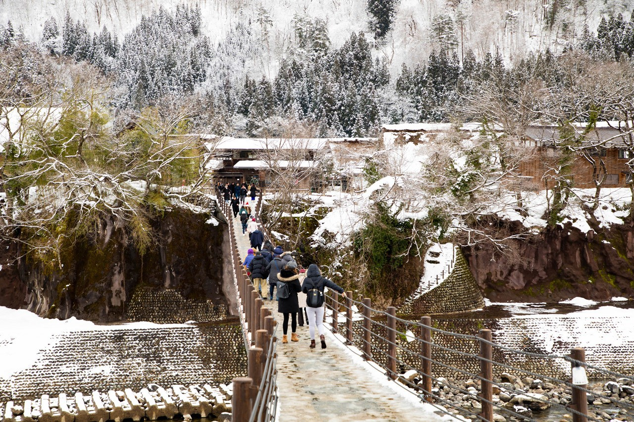 The walking bridge from the bus parking lot to the center of Ogimachi. Most of these folks are on a day long Shirakawago tour from Toyama.