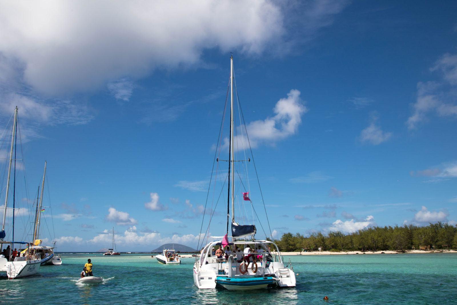 Катамаран и другие лодки припаркованы возле однодневной поездки на остров Маврикий. Чем заняться на Маврикии Чем заняться на Маврикии – Путешествие к звезде и ключу Индийского океана Catamaran Day Trip Mauritius 1 1600x1067