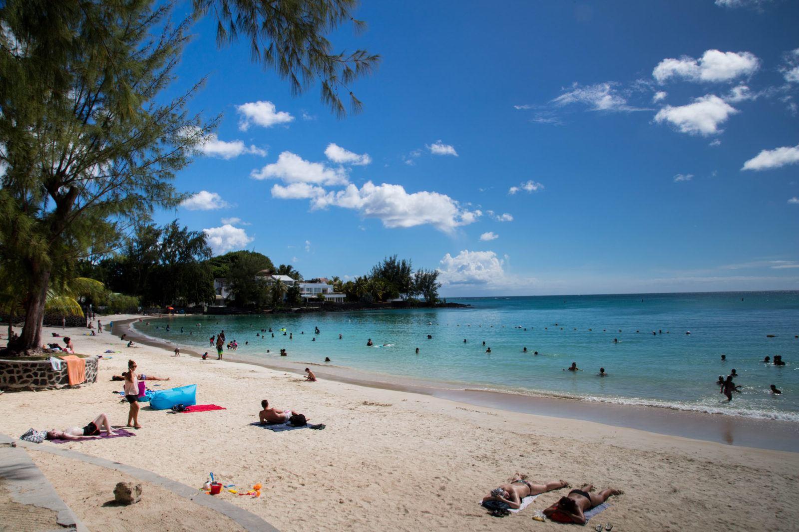 Люди загорают на пляже Чем заняться на Маврикии Чем заняться на Маврикии – Путешествие к звезде и ключу Индийского океана Grand Baie Beach Mauritius 1 1600x1066