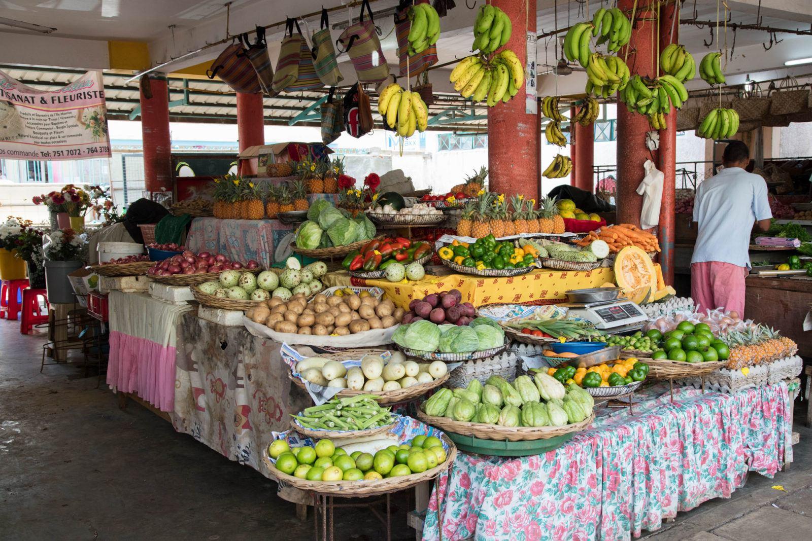 Стенд с фруктами и овощами на рынке Маебург. Чем заняться на Маврикии Чем заняться на Маврикии – Путешествие к звезде и ключу Индийского океана Mahebourg Market Mauritius 1 1600x1067
