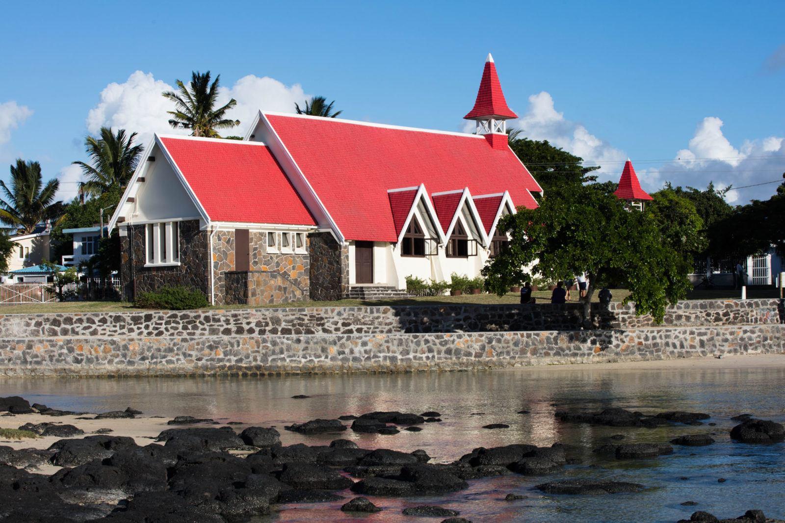Эта церковь с красной крышей является знаковым местом в Кап-Малерё. Чем заняться на Маврикии Чем заняться на Маврикии – Путешествие к звезде и ключу Индийского океана Red Roof Church Cap Malheureux Mauritius 1600x1066