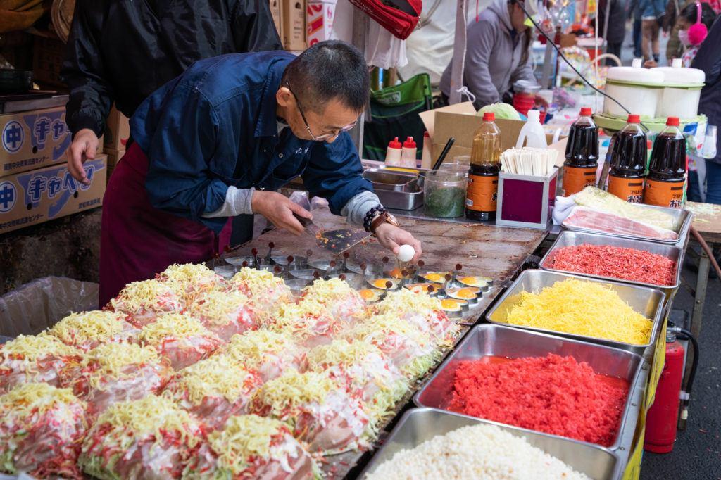 Ярмарка Дарума в храме Джиндайи Ярмарка Дарума в храме Джиндайи Foodstand Daruma Fair Jindaiji Temple 1 1024x682