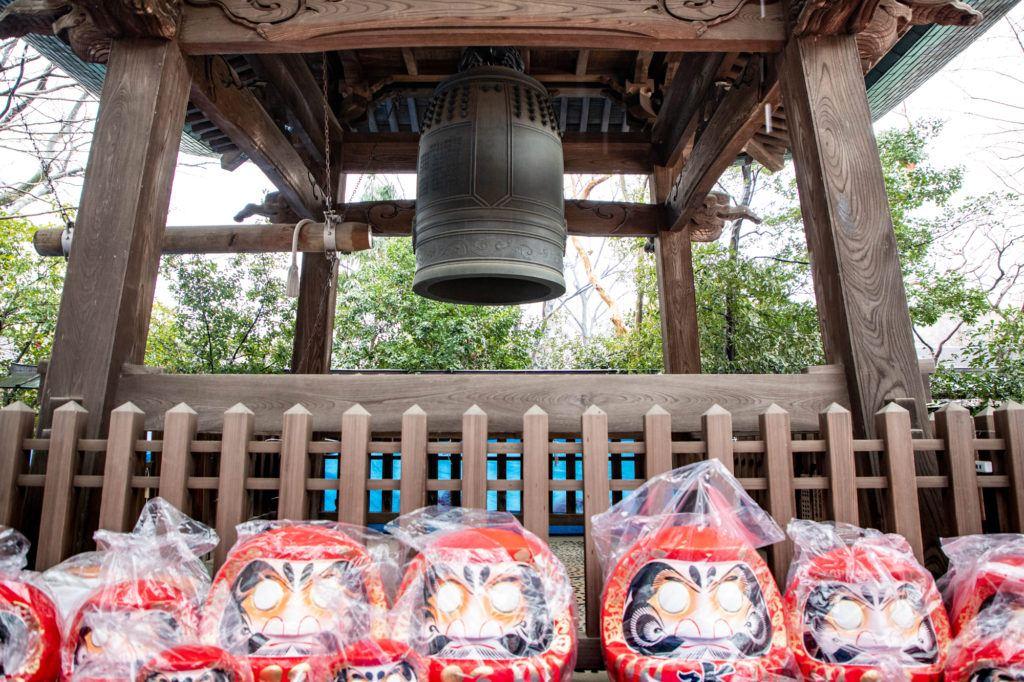 Ярмарка Дарума в храме Джиндайи Ярмарка Дарума в храме Джиндайи Temple bell and Darumas for sale 1 1024x682