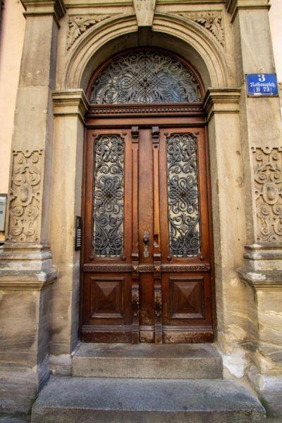 Богато украшенная деревянная дверь с красивой работой кованого железа.  Регенсбург, Германия Altstadt Door Regensburg 1 400x600