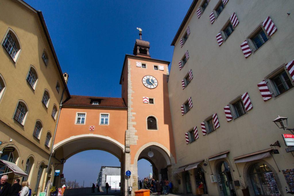 Внутренний вид ворот каменного моста.  Регенсбург, Германия Clocktower Regensburg 1 1024x682