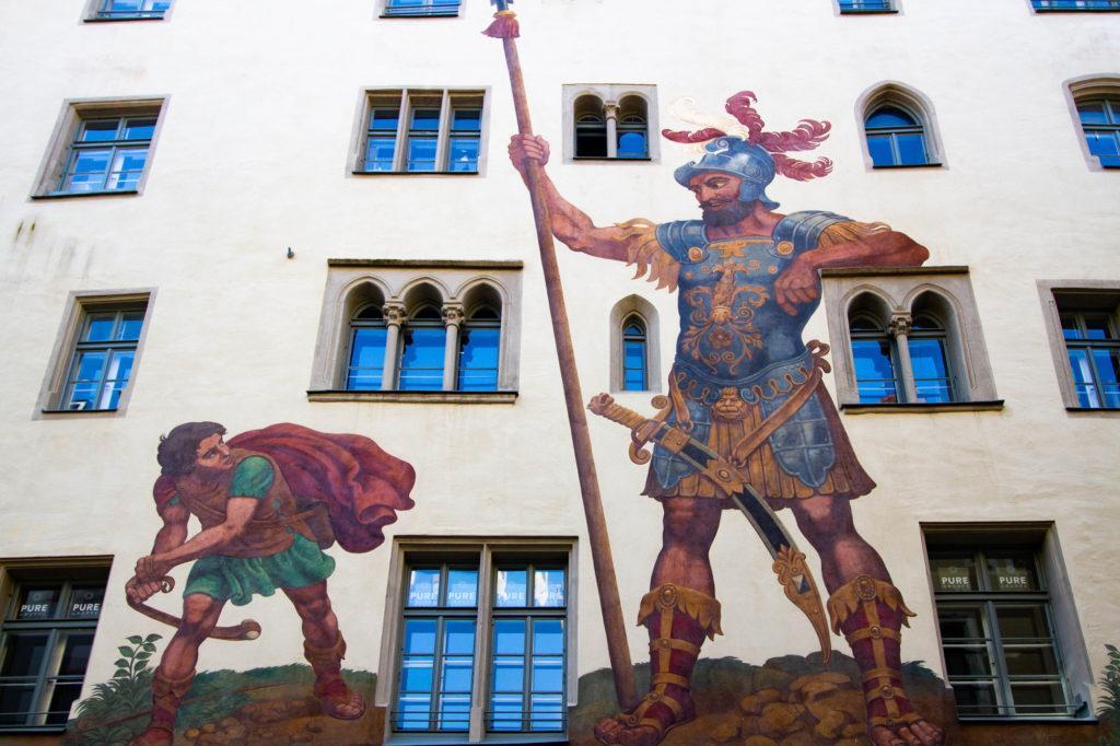Дом картины Давида против Голиафа в старом городе Регенсбург.  Регенсбург, Германия Goliath House Regensburg 1 1024x682