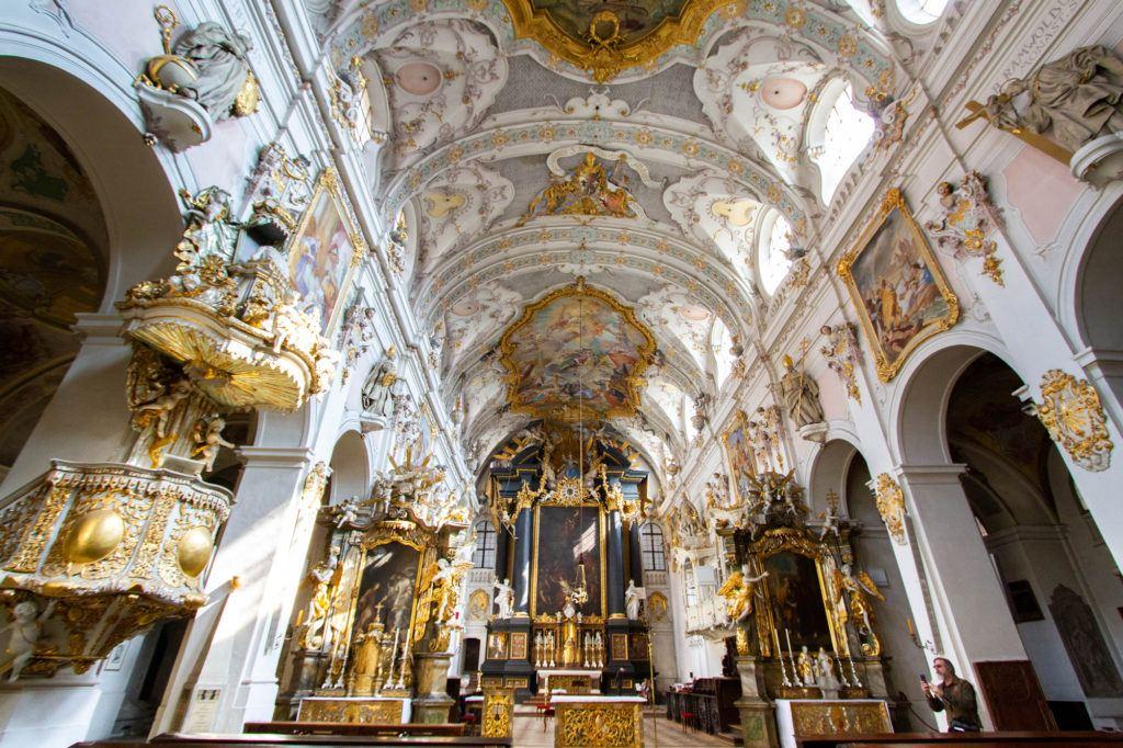 Интерьер и богато украшенный потолок Альте Капель в Базилике Регенсбурга.  Регенсбург, Германия Interior Alte Kapelle Regensburg 1 1024x682