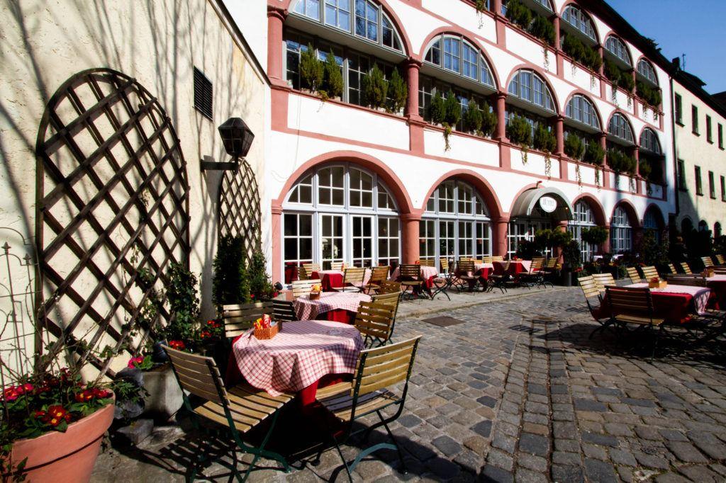 Красивая площадь настроена на обед в солнечный весенний день.  Регенсбург, Германия Outdoor seating Regensburg 1 1024x682