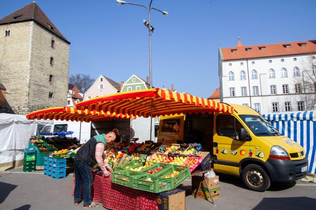 Продюсер Поставщик настроен на продажу.  Регенсбург, Германия Saturday Market Regensburg 1 1024x682