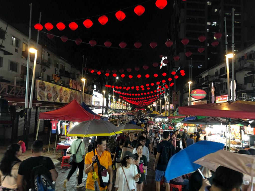 Jalon Alor, знаменитая улица ночной еды, даже под дождем.