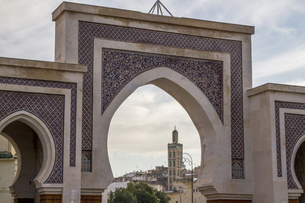 A city gated arch peeking at the interior of the municipality and its mosque.